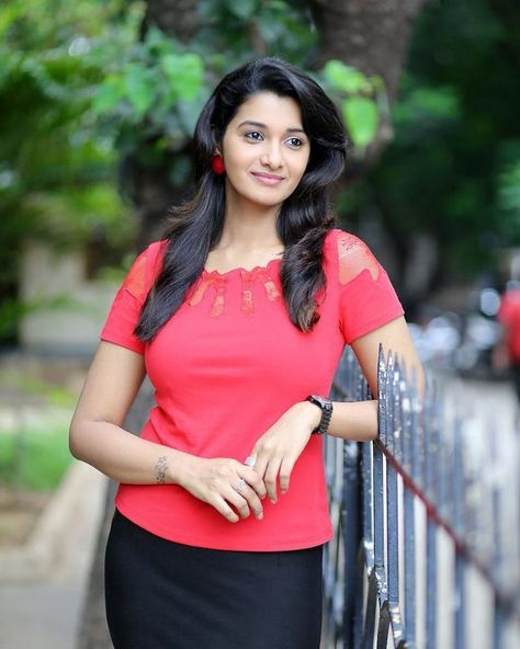 Kalyanam Mudhal Kadhal Varai Serial Actress Priya Bhavani: Priya Bhavani Shankar Biography, Wiki, DOB, Family