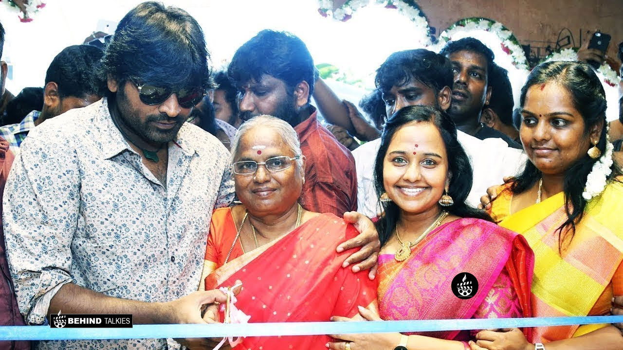 Vijay Sethupathi With his wife and Mother